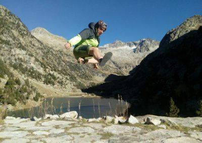 Miguel Granados jumping en la Vall de Besiberris(Pirineos)